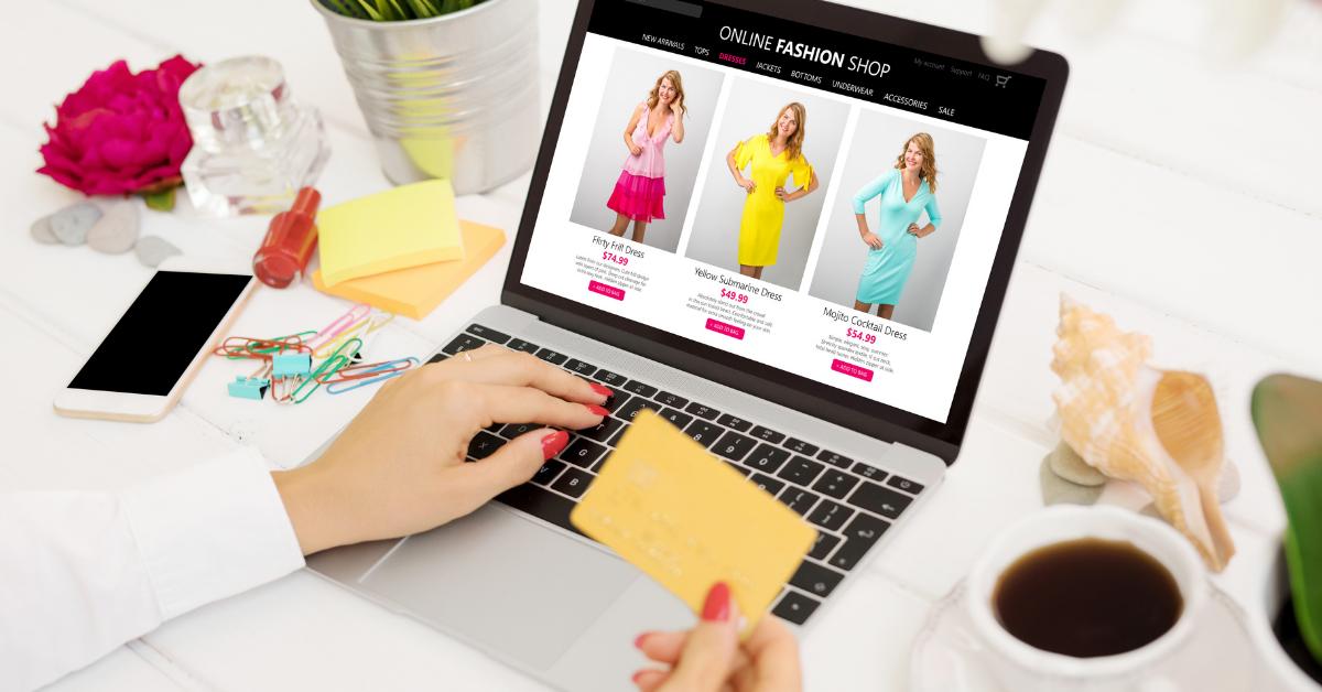 Femeie cumpărând online rochii