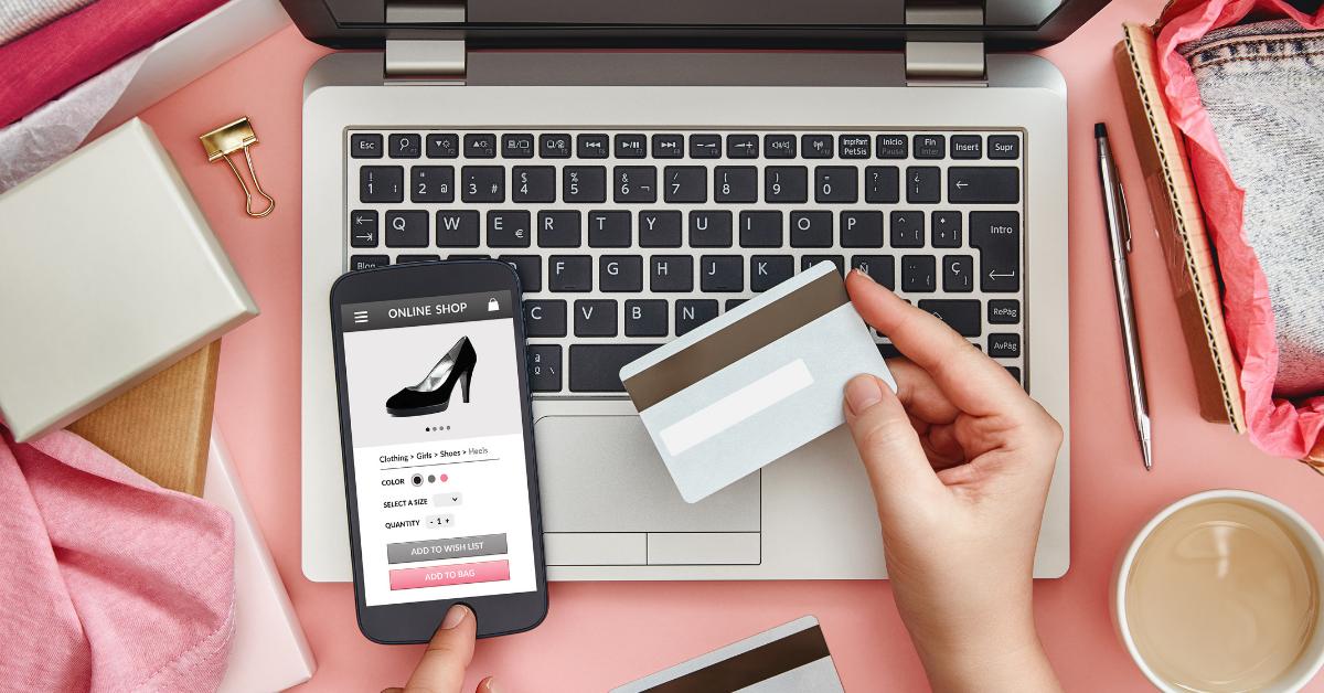 Femeie cumpărând o pereche de pantofi online
