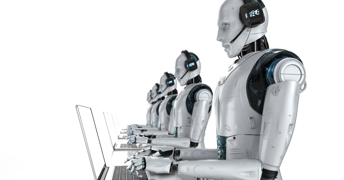 Roboți care scriu pe laptop