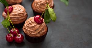 Brioșe de ciocolată cu o cireașă în vârf