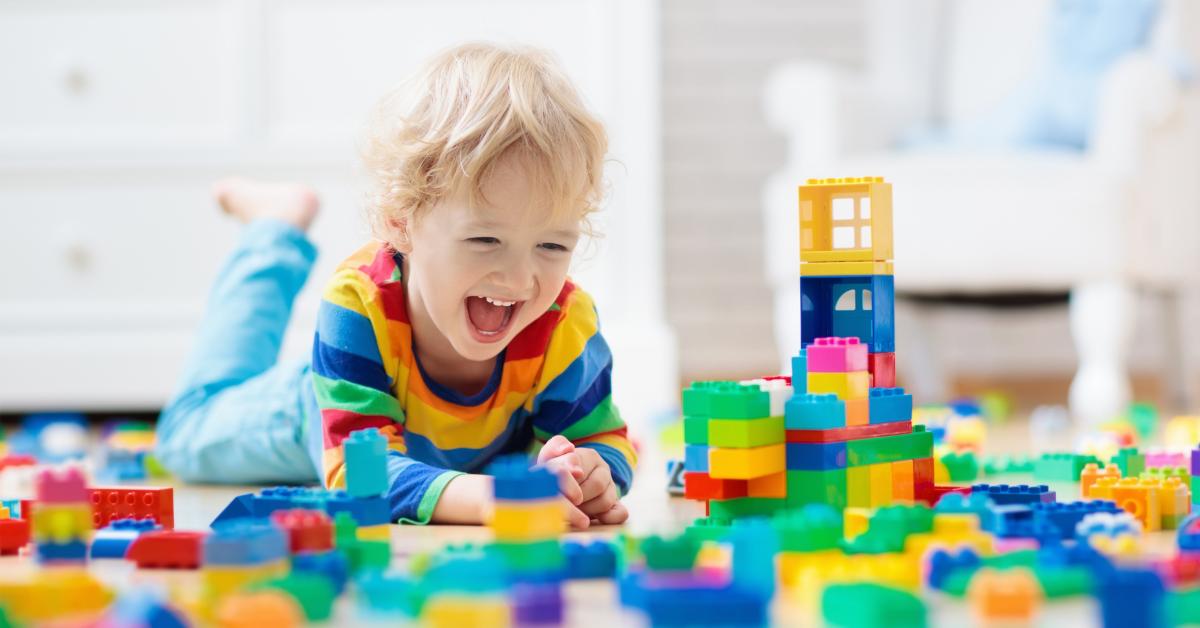 Copil fericit jucându-se lego