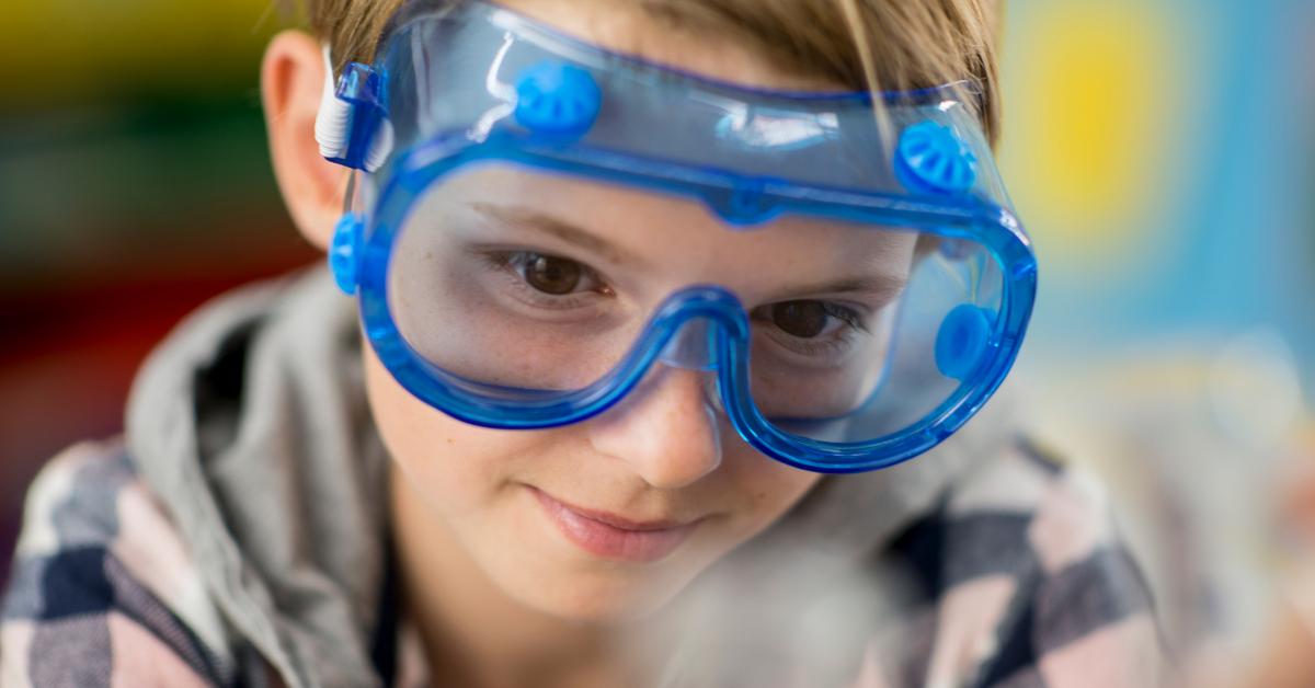 Copil cu ochelari pentru experimente
